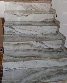 Отделка лестницы из керамогранита под оникс