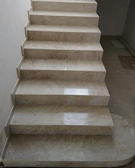 Отделка лестницы из керамогранита PRIVILEGE AVORIO