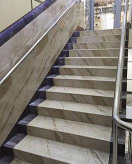 Лестница со ступенями из керамогранита под мрамор Tigrato Yellow lappato & Fossil lappato